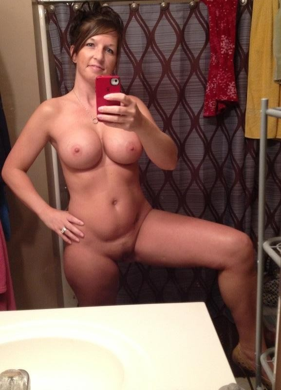 Hot cougar naked selfie