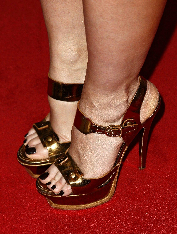hewitt Jennifer toes love
