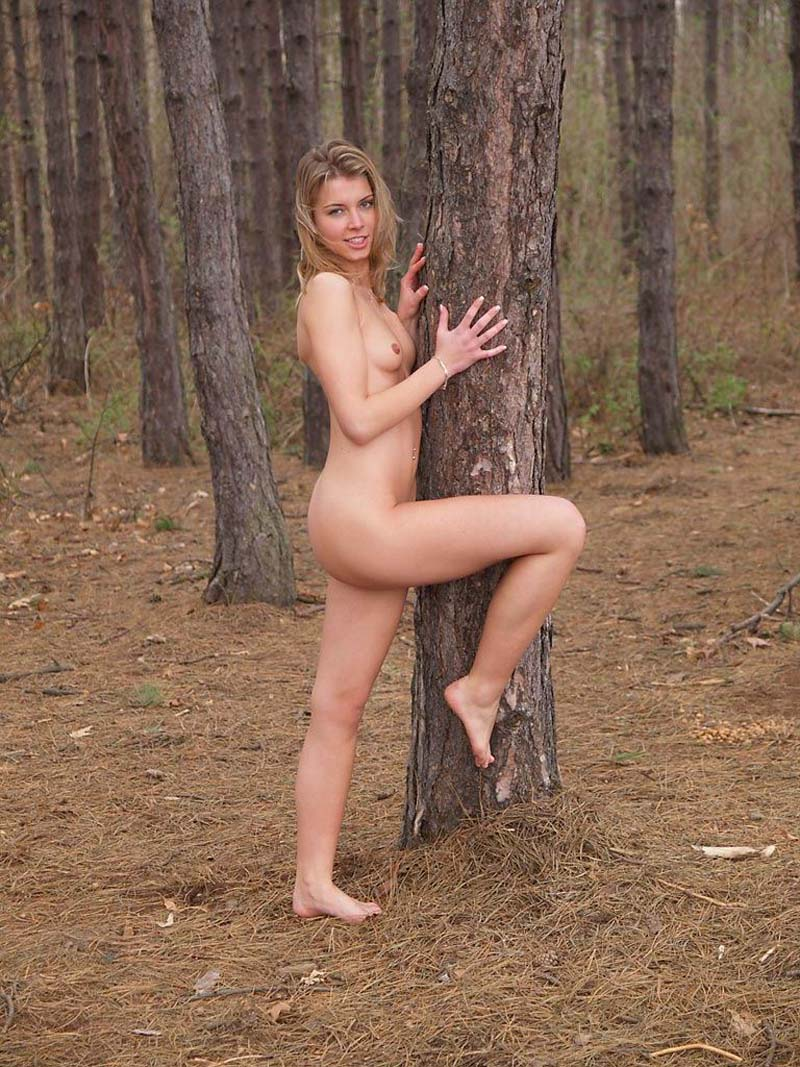 walking naked around women Nude