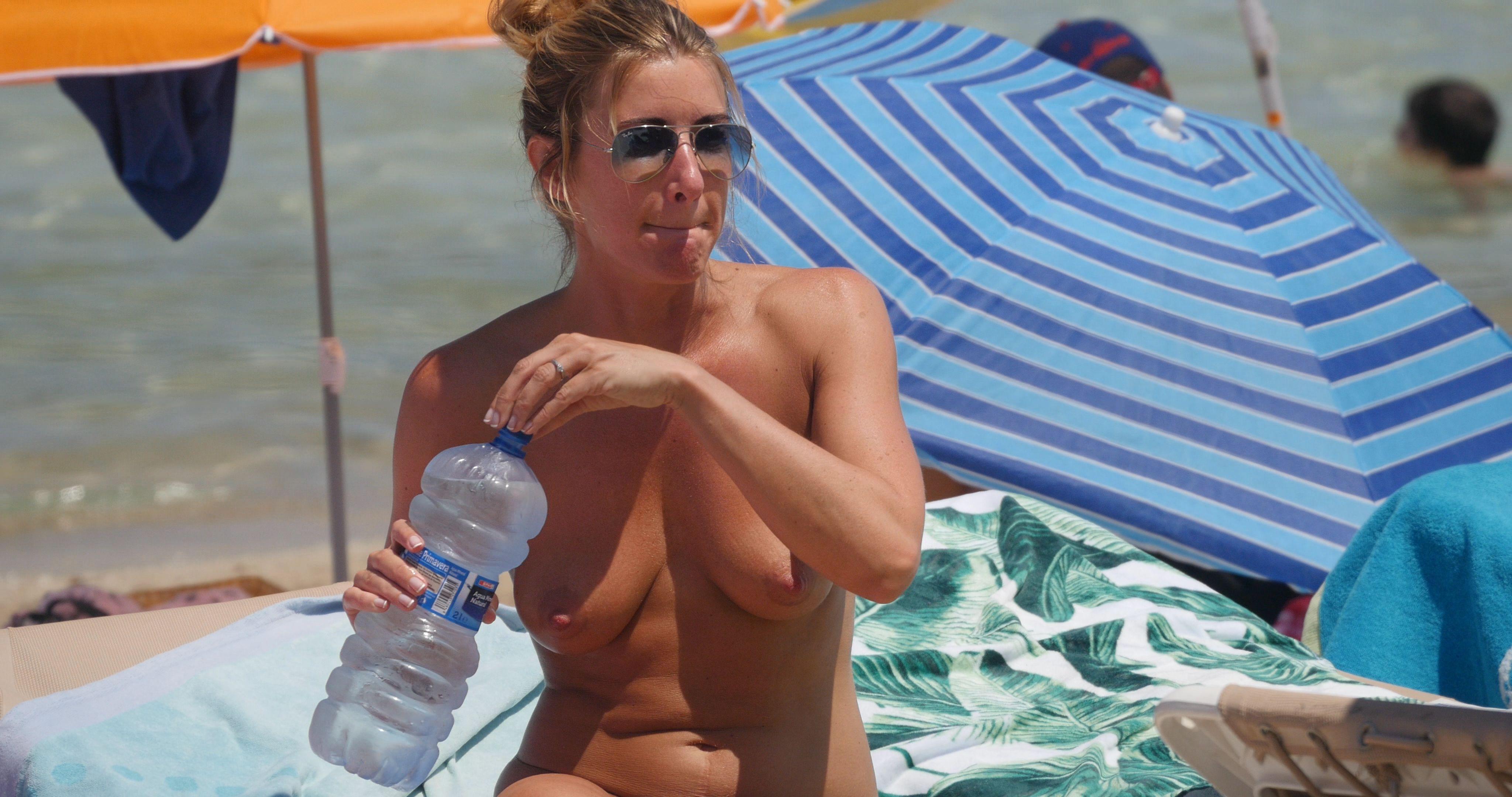 Jennifer aniston topless on beach