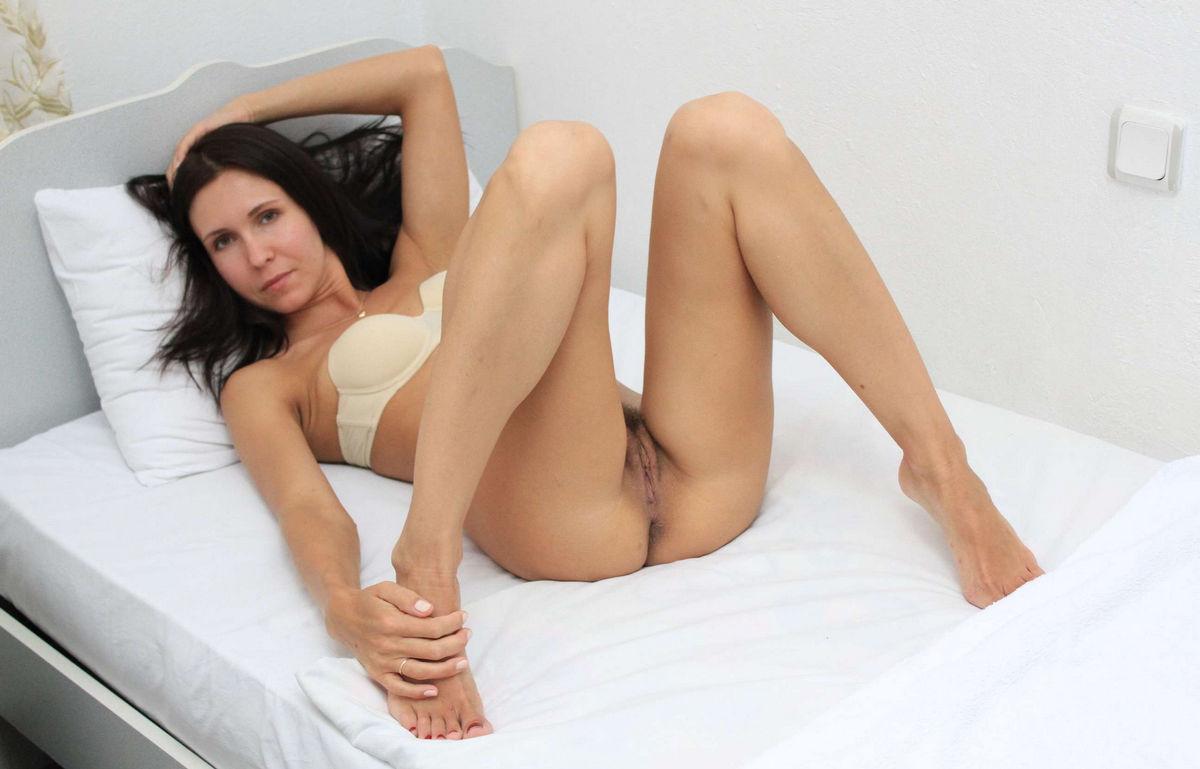 Skinny milf shows beautiful pussy