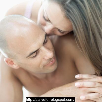 girls kissing bed Amateur