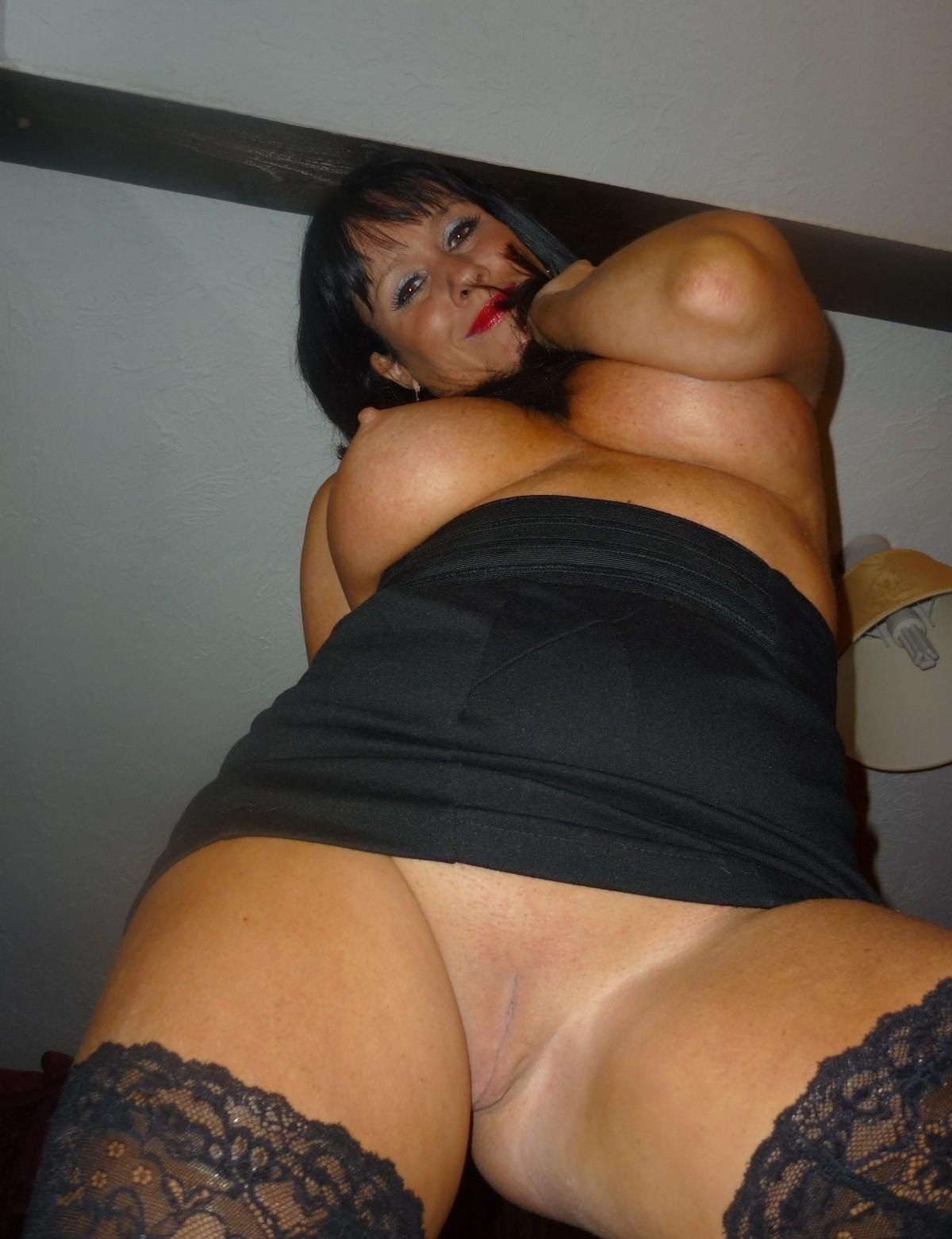 Very hot cougar mom nude