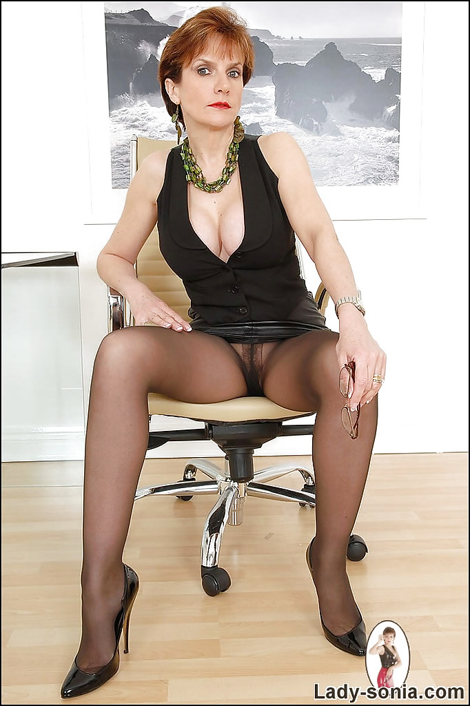 Mature women pantyhose upskirt