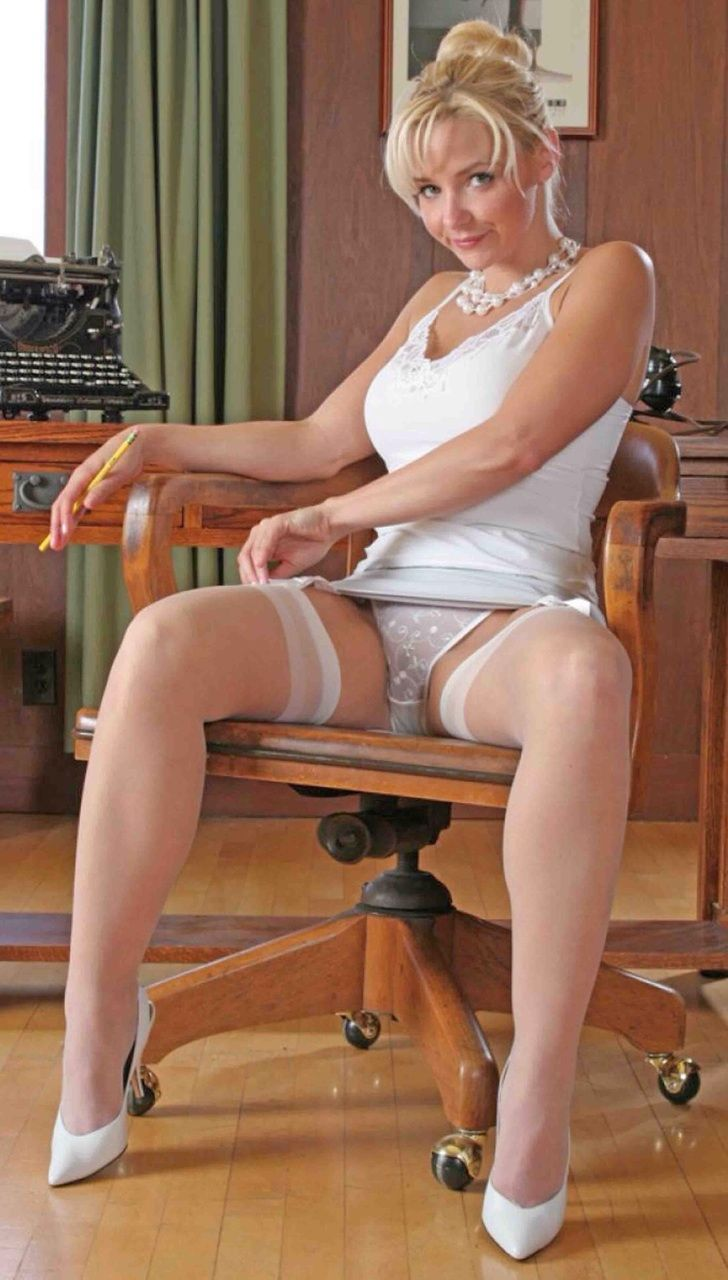 Mature upskirt stockings